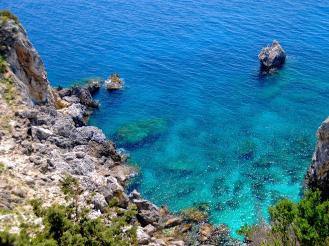 Sardegna, 15ennemuore travolta da un'onda mentre si fa un selfie