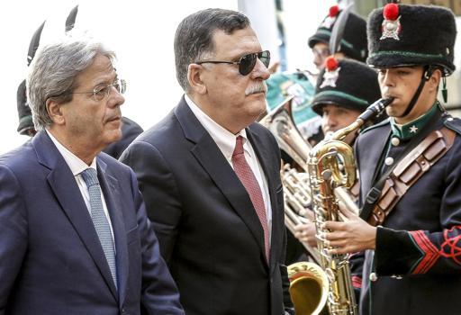 Il premier Gentiloni ha incontrato oggi il leader del governo libico Sarraj a Palazzo Chigi (Ansa)