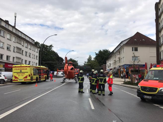 """Amburgo, accoltella i clienti di un super: un morto. La polizia: """"Allerta terrorismo"""""""
