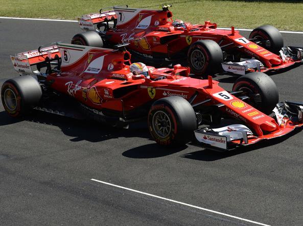 Le due Rosse in parata dopo il primo e il secondo posto nelle qualifiche del Gp d'Ungheria: davanti Sebastian Vettel, numero 5, poi Kimi Raikkonen, 7 (Colombo)