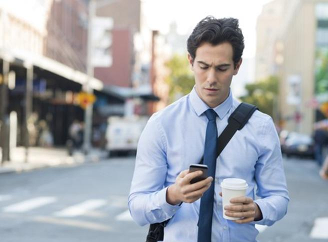 Honolulu vieta l'usodei cellulari mentresi cammina per stradaIngobbiti dal telefono