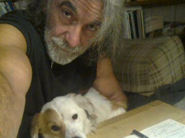 Vandali in casa dello scrittore Mauro Corona, lui li insegue con un'accetta
