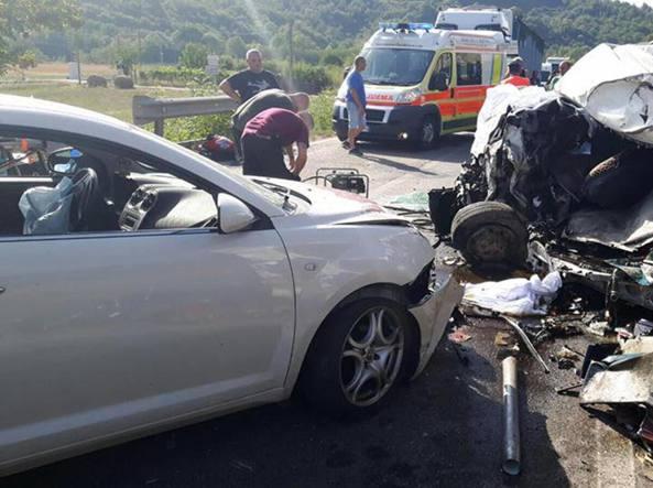 Arezzo, cinquanta feriti nell'incidente tra pullman, furgone e due auto