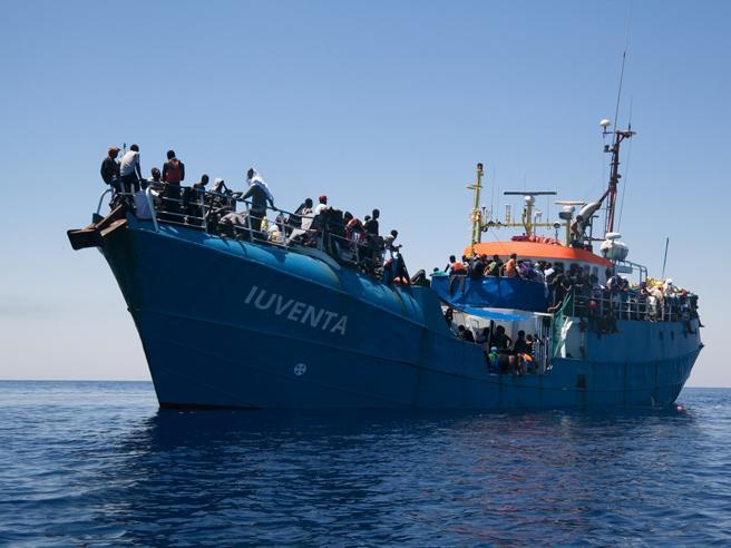 Migranti, giro di vite: sequestrata nave di una Ong bloccata a Lampedusa per controlli