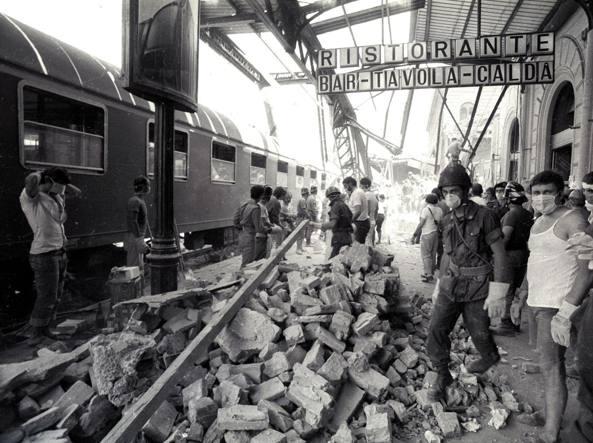 I soccorritori nella stazione di Bologna il 2 agosto 1980 dopo l'esplosione (Ansa)