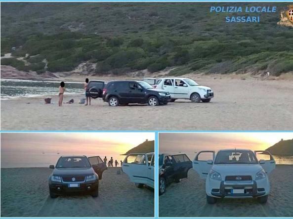 Le auto parcheggiate sulla spiaggia per guardare il tramonto