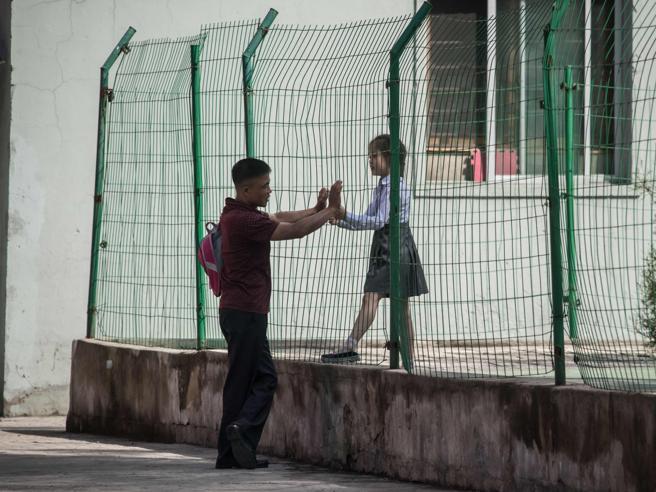 Il papà e la figlia, la spesa di notte: così si vive a  Pyongyang