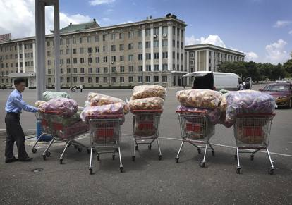 Le cassiere, gli scaffali, i bambini: un giorno al supermercato, in  Corea del Nord
