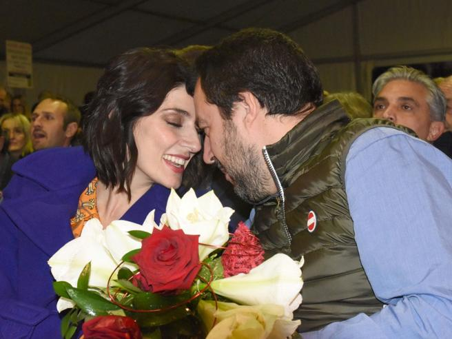 Matteo Salvini e Elisa Isoardi: baci e tenerezze alla fiera del porro