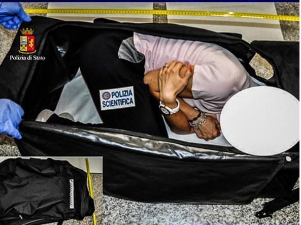 La simulazione di come la vittima è stata chiusa in valigia