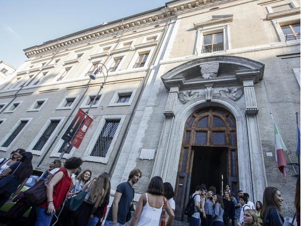 Studenti e professori all'ingresso del liceo Ennio Quirino Visconti per l'inizio del nuovo anno scolastico a Roma (12 Settembre 2016, foto Ansa)