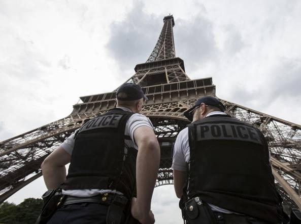 Auto contro polizia a Parigi, molti feriti