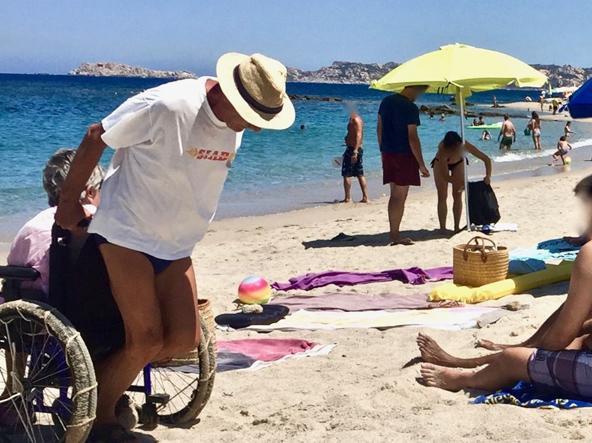 Spinge per tre chilometri la carrozzina della moglie in spiaggia: