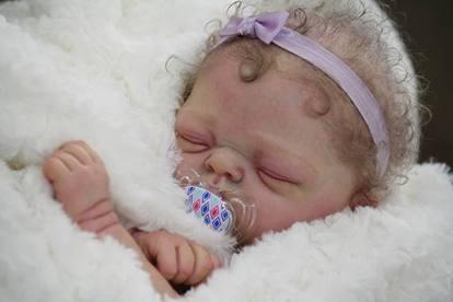Le Reborn Dolls, le bambole iperrealistiche uguali ai bebé
