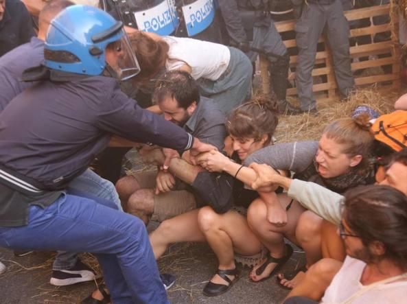 Un momento dello sgombero del centro sociale Làbas (Ansa)