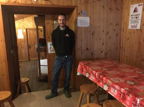 Milo Demarchi nel rifugio che gestisce d'estate