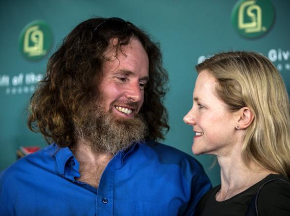 Stephen McGown con la moglie Catherine a Johannesburg (Afp)