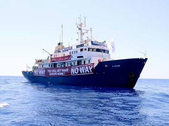 Nave anti-migranti in avaria, il soccorso in mare arriva da un'ong