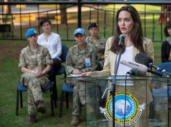 Angelina Jolie al centro di addestramento per peacekeeper di Nairobi, in Kenya (Reuters)