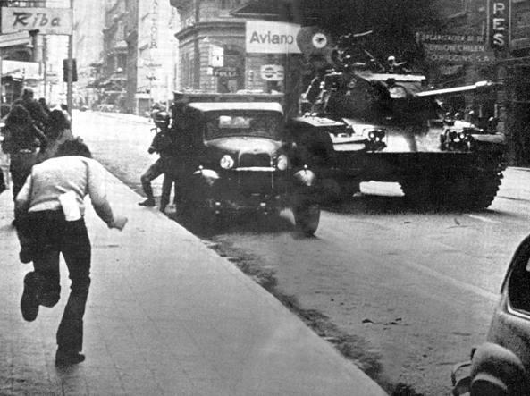 Una foto del colpo di Stato in Cile dell'11 settembre 1973, quando le Forze armate rovesciarono Allende, che morì proprio quel giorno (foto Afp/ Archivio Prensa Latina)