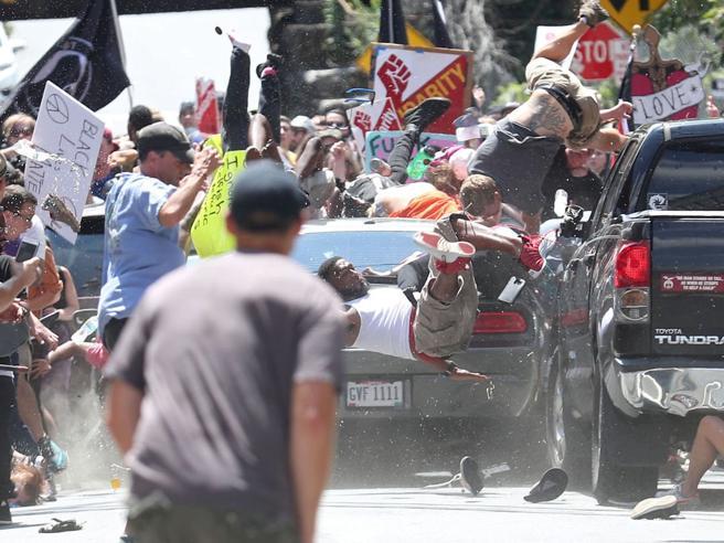 Suprematisti, auto su corteo antirazzista  C'è un morto. Trump: basta odio -  Foto