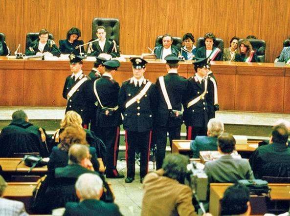 Testimone protetto durante un processo da un cordone di Carabinieri