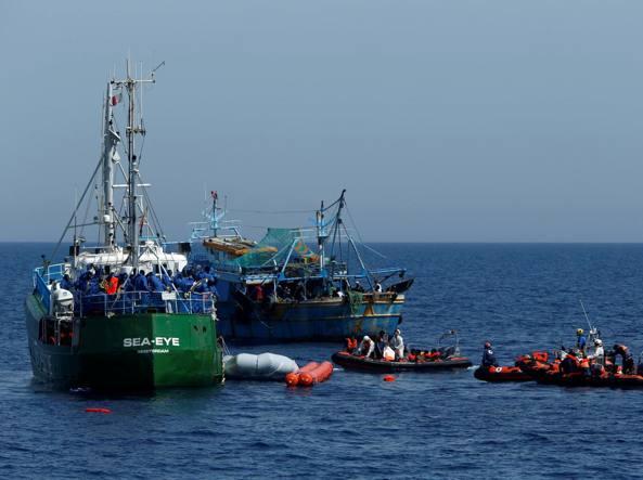 La Sea Eye durante un intervento (Reuters)