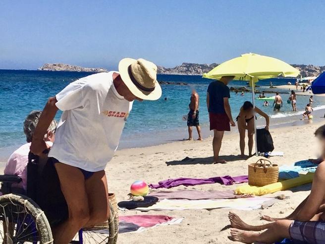 «I miei zii, la carrozzina sulla sabbia e quella foto che ha cambiato la loro (e la mia) estate»