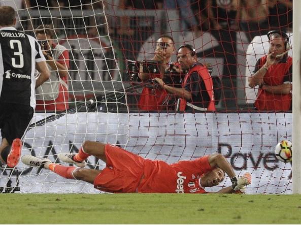 Il gol dello 0-1, dopo un rigore su Immobile causato dallo stesso Buffon (Ap)