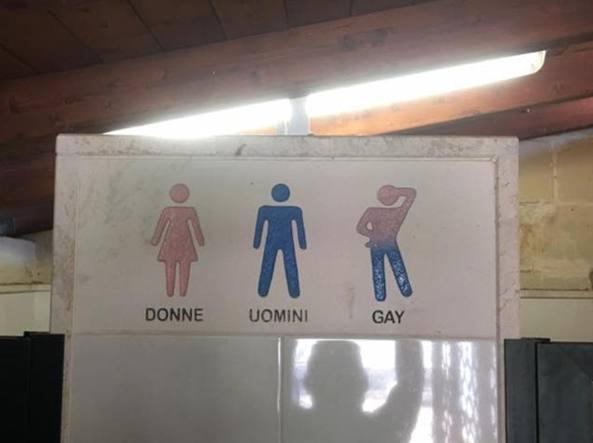 Toilette per gay: l'insegna omofoba nell'agriturismo Le Camporelle vicino a Lecce