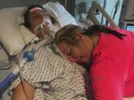 L'ultimo abbraccio di una madre alla figlia uccisa da overdose da eroina