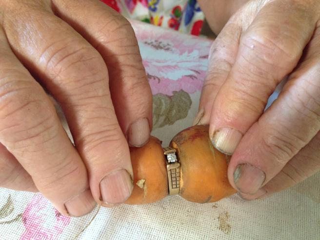 Perde l'anello nell'orto: 13 anni dopo lo ritrova intorno a una carota