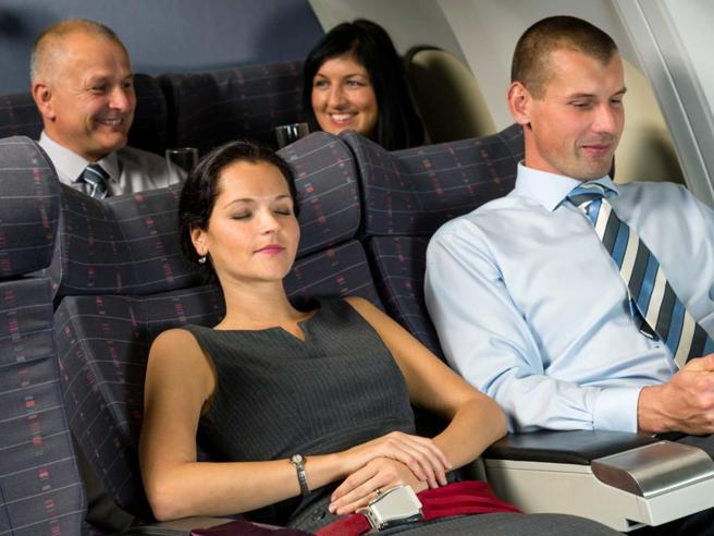 Dieci piccoli e semplici trucchi per viaggiare comodi in aereo