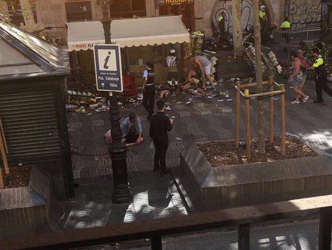 Barcellona, furgone sulla folla a La Rambla, «almeno 13 morti». Nessuno asserragliato: Arrestato un uomo