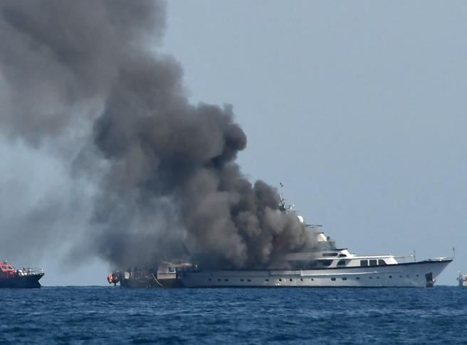 Fiamme sullo yacht al largo di Nizza:  Diana Bracco tratta in salvo, distrutta la sua barca