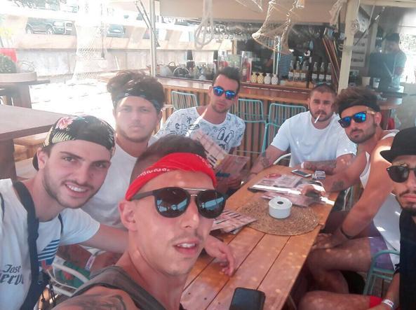 Il gruppo di amici di Niccolò Ciatti (secondo da destra)