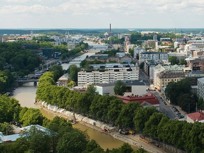 Finlandia, uomo accoltella passanti: polizia spara e lo arresta