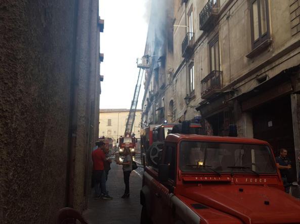 Cosenza, incendio in un appartamento nel centro storico: 3 i morti accertati