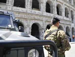 Militari e mezzi blindati davanti al Colosseo a Roma