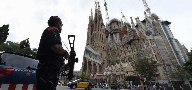 Un agente dei mossos davanti alla Sagrada Familia, la cattedrale incompiuta progettata da Gaudì (Afp)