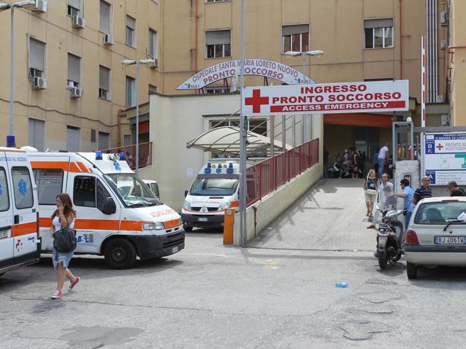 Napoli, ricoverato in codice rosso aspetta 4 ore il trasferimento: muore 23enne