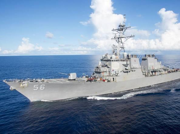 Una nave militare americana si è scontrata con una petroliera a Singapore