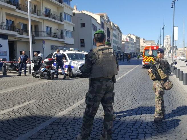 Marsiglia, auto contro due fermate dell'autobus: una vittima e un ferito
