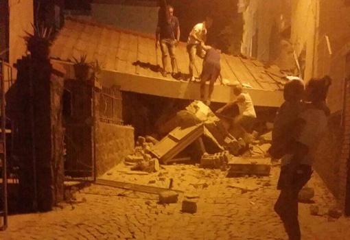 Una casa crollata (foto dal profilo Twitter di  Benedetto Valentino @valentinoben)