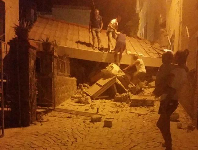 Terremoto  a Ischia: danni e crolli.  Due donne morte  a Casamicciola  e 25 feriti: tre fatellini sotto le macerie