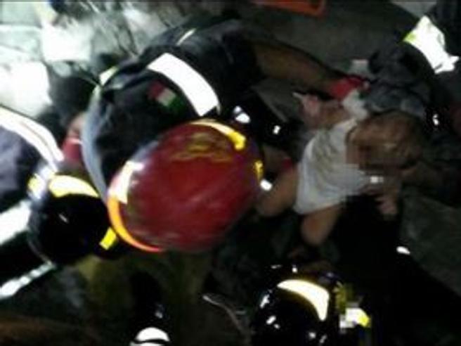 Pasquale, 17 mesi, salvato  dopo 7 ore trascorse sotto le macerieI vigili del fuoco: «Miracolo»