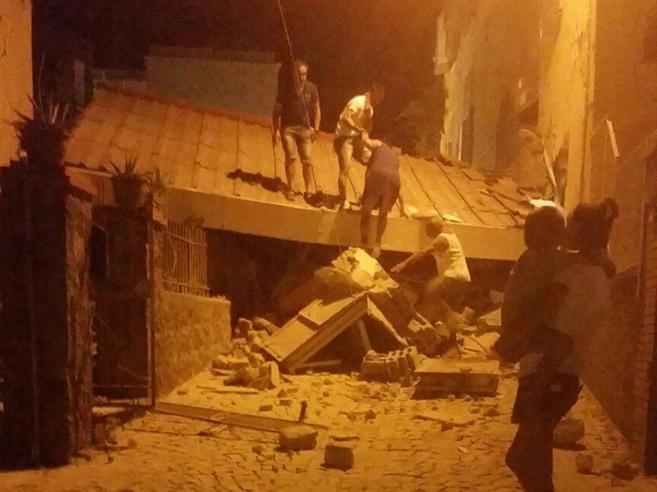 Terremoto a Ischia, due morti. Corsa per salvare due fratellini