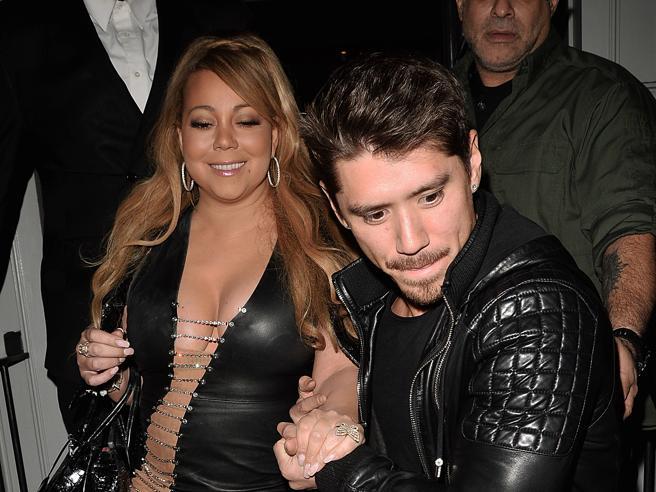 Mariah Carey in pelle nera (e il fidanzato la aiuta a scendere le scale)