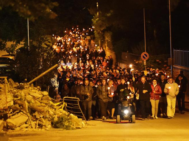 Terremoto di Amatrice un anno dopo: veglia e fiaccolata per le 249 vittime