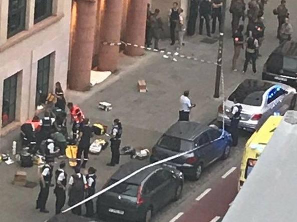 Bruxelles, uomo attacca a coltellate due militari: ferito e arrestato